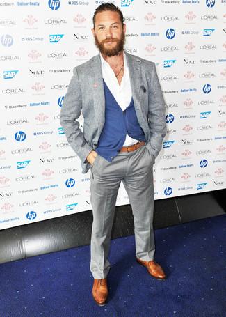 Comment porter: blazer en laine gris, cardigan bleu, chemise à manches longues blanche, pantalon de costume gris