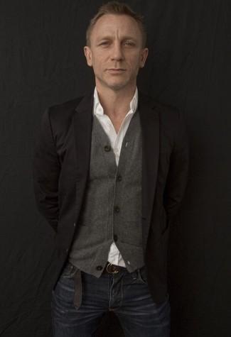 Tenue de Daniel Craig: Blazer noir, Cardigan gris, Chemise à manches longues blanche, Jean bleu marine