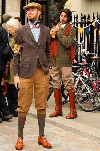 Comment porter: blazer en laine marron foncé, cardigan marron foncé, chemise à manches longues à rayures verticales blanc et bleu, pantalon de costume en laine écossais marron