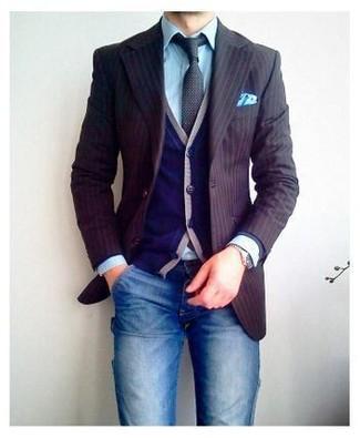 Comment porter un blazer à rayures verticales marron: Pour une tenue de tous les jours pleine de caractère et de personnalité pense à opter pour un blazer à rayures verticales marron et un jean bleu.