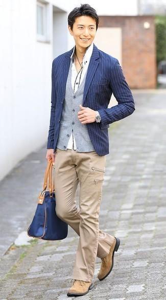 Comment porter des bottines chukka en daim marron clair: Pense à harmoniser un blazer à rayures verticales bleu marine avec un jean marron clair pour un look de tous les jours facile à porter. Une paire de des bottines chukka en daim marron clair est une option parfait pour complèter cette tenue.