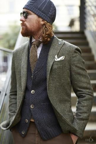 Comment porter: blazer en laine olive, cardigan en tricot bleu marine, chemise à manches longues blanche, pantalon chino marron