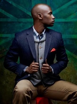 Comment porter: blazer à rayures verticales bleu marine, cardigan gris, chemise à manches longues écossaise bleue, pantalon chino marron