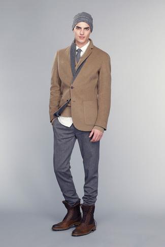 Comment porter: blazer en laine marron, cardigan marron, chemise de ville blanche, pantalon de costume gris foncé