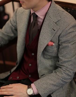 Comment porter: blazer en pied-de-poule blanc et noir, cardigan bordeaux, chemise de ville à rayures verticales blanc et rouge, pantalon chino olive