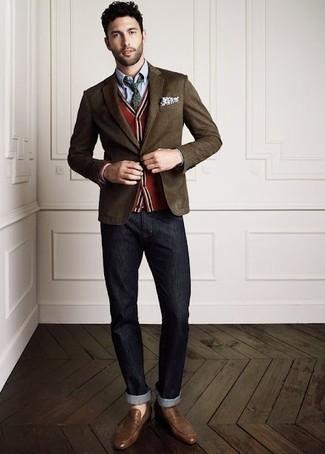 Comment porter: blazer marron foncé, cardigan rouge, chemise de ville en chambray bleu clair, jean gris foncé