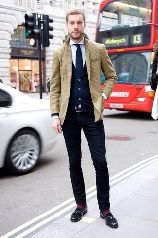 Comment porter: blazer écossais marron clair, cardigan bleu marine, chemise de ville blanche, pantalon chino bleu marine