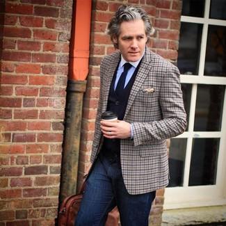 Comment porter: blazer écossais marron, cardigan bleu marine, chemise de ville bleu clair, jean bleu marine