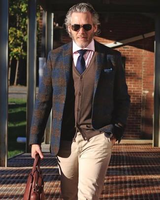 Comment porter: blazer en laine écossais bleu marine, cardigan marron, chemise de ville rose, pantalon chino beige