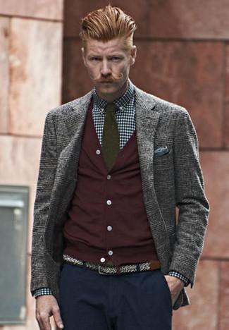 Comment porter: blazer en laine écossais gris, cardigan bordeaux, chemise de ville en vichy bleu marine et blanc, pantalon chino bleu marine