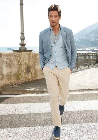 Comment porter un cardigan bleu clair: Pour créer une tenue idéale pour un déjeuner entre amis le week-end, pense à associer un cardigan bleu clair avec un pantalon chino beige. D'une humeur audacieuse? Complète ta tenue avec une paire de des chaussures derby en daim bleu marine.