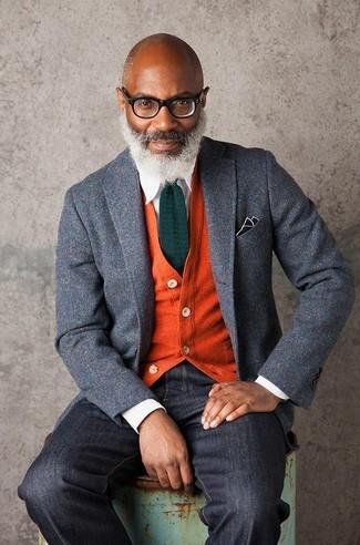 Comment porter: blazer en laine gris, cardigan orange, chemise de ville blanche, jean noir