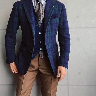 Fais l'expérience d'un style élégant et raffiné avec un blazer écossais bleu marine et vert et un pantalon de costume brun.
