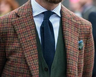 Comment porter: blazer en laine en vichy marron, cardigan vert foncé, chemise de ville à rayures verticales blanc et bleu, cravate en tricot bleu marine