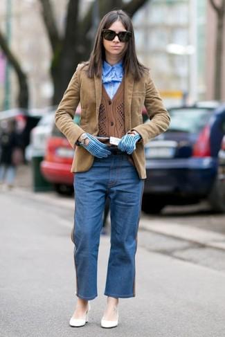 Comment porter: blazer en velours côtelé marron clair, cardigan marron, chemise de ville bleue, jean boyfriend bleu
