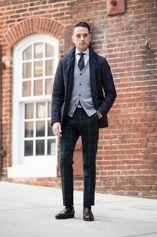 Comment porter: blazer matelassé noir, cardigan gris, chemise de ville blanche, pantalon de costume écossais bleu marine et vert