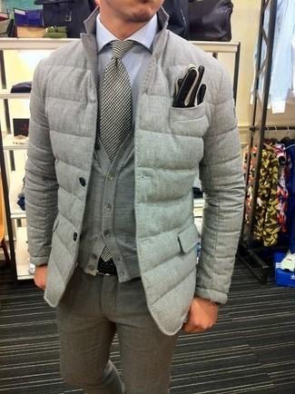 Comment porter: blazer matelassé gris, cardigan gris, chemise de ville blanche, pantalon de costume en laine gris