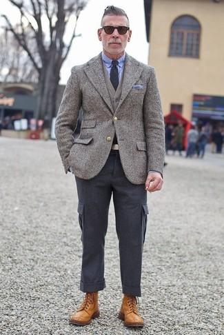 Comment porter: blazer en laine à chevrons gris, cardigan gris, chemise de ville bleu clair, pantalon cargo gris foncé
