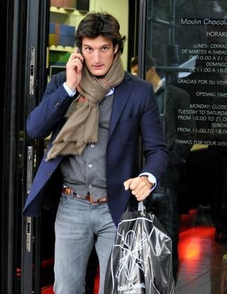 Comment porter: blazer bleu marine, cardigan gris, chemise de ville bleu clair, jean skinny gris