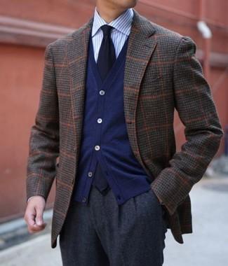 Comment porter: blazer en laine à carreaux marron foncé, cardigan bleu marine, chemise de ville à rayures verticales bleu clair, pantalon de costume en laine gris foncé