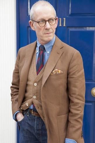 Comment porter: blazer marron, cardigan marron, chemise de ville en chambray bleue, jean bleu marine
