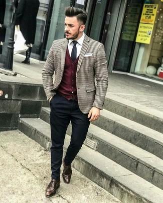 Comment porter: blazer à carreaux marron, cardigan bordeaux, chemise de ville blanche, pantalon de costume noir