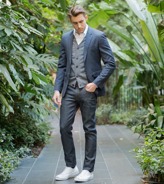 Comment porter: blazer bleu marine, cardigan gris, chemise de ville blanche, jean bleu marine