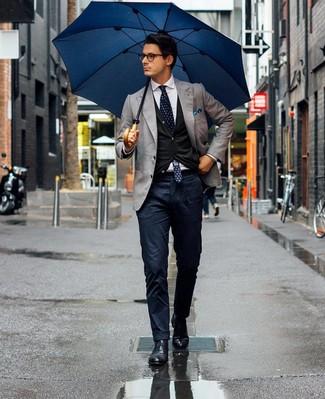 Comment porter: blazer gris, cardigan noir, chemise de ville blanche, pantalon chino bleu marine