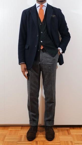 Un blazer à porter avec un cardigan olive: Harmonise un blazer avec un cardigan olive pour prendre un verre après le travail. Jouez la carte classique pour les chaussures et choisis une paire de des chaussures richelieu en daim marron foncé.
