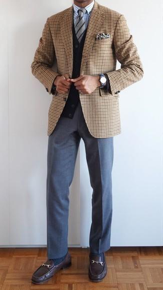 Comment porter un pantalon de costume bleu: Essaie d'harmoniser un blazer en pied-de-poule marron clair avec un pantalon de costume bleu pour dégager classe et sophistication. Termine ce look avec une paire de des slippers en cuir marron foncé.