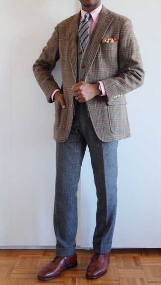 Comment porter un blazer en pied-de-poule marron: Pense à associer un blazer en pied-de-poule marron avec un pantalon chino en laine gris foncé pour achever un look habillé mais pas trop. Termine ce look avec une paire de des chaussures richelieu en cuir marron pour afficher ton expertise vestimentaire.