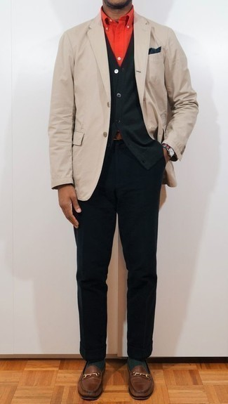 Un blazer à porter avec un cardigan olive: Associe un blazer avec un cardigan olive pour créer un look chic et décontracté. Jouez la carte classique pour les chaussures et opte pour une paire de des slippers en cuir marron.