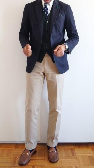 Un blazer à porter avec un cardigan olive: Essaie d'associer un blazer avec un cardigan olive pour prendre un verre après le travail. Jouez la carte classique pour les chaussures et fais d'une paire de des slippers en cuir marron ton choix de souliers.