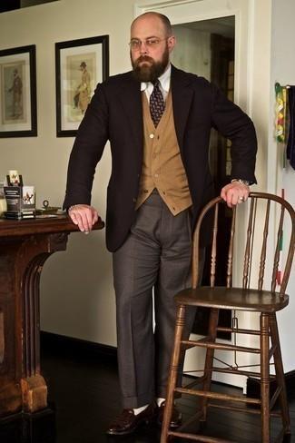 Comment porter une cravate imprimée violette: Pense à opter pour un blazer marron foncé et une cravate imprimée violette pour dégager classe et sophistication. Une paire de des slippers en cuir marron foncé est une option astucieux pour complèter cette tenue.
