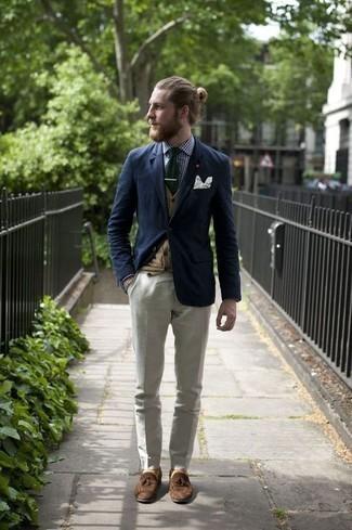 Comment porter un cardigan marron clair: Harmonise un cardigan marron clair avec un pantalon de costume blanc pour un look pointu et élégant. Une paire de des mocassins à pampilles en daim marron est une option judicieux pour complèter cette tenue.