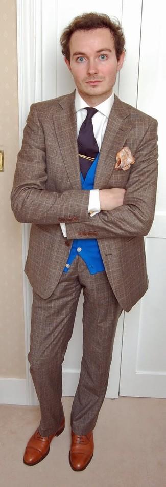 Comment porter: blazer en laine écossais marron, cardigan bleu, chemise de ville blanche, pantalon de costume en laine écossais marron