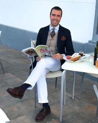 Comment porter des bottines chukka en cuir bordeaux: Associe un blazer bleu marine avec un pantalon chino blanc pour prendre un verre après le travail. Une paire de bottines chukka en cuir bordeaux s'intégrera de manière fluide à une grande variété de tenues.