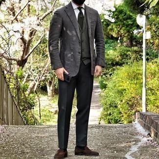 Comment porter un cardigan vert foncé: Pense à opter pour un cardigan vert foncé et un pantalon de costume noir pour dégager classe et sophistication. Une paire de slippers en daim marron est une option génial pour complèter cette tenue.