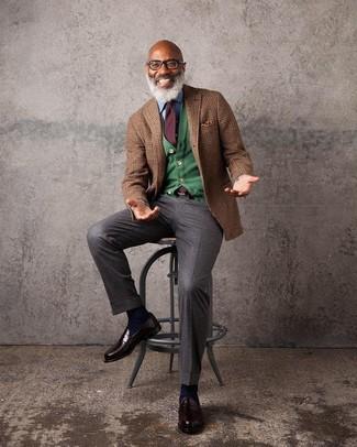 Comment porter: blazer en laine écossais marron, cardigan vert, chemise en jean bleu clair, pantalon de costume marron foncé