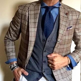 Comment porter: blazer écossais marron, cardigan gris foncé, chemise en jean bleue, pantalon chino blanc