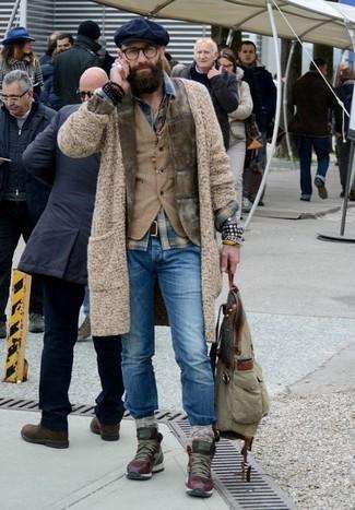 Comment porter: blazer en velours côtelé olive, cardigan en tricot beige, gilet en velours côtelé marron clair, chemise en jean écossaise bleue