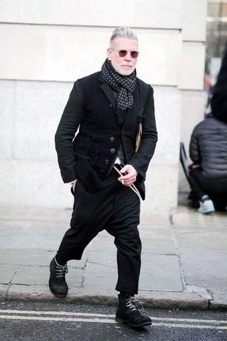Comment porter: blazer en velours côtelé noir, cardigan gris, pantalon chino en laine noir, bottes de loisirs en daim noires
