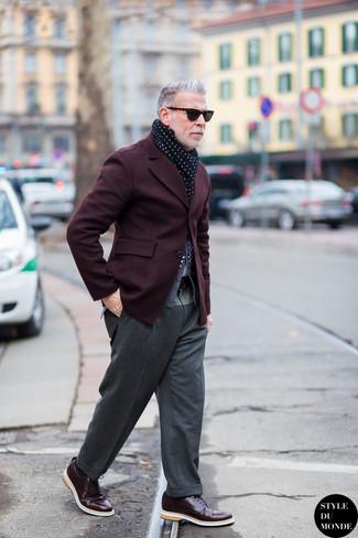 Tenue de Nick Wooster: Blazer bordeaux, Cardigan gris, Pantalon de costume en laine gris, Chaussures derby en cuir bordeaux