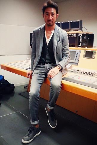 Comment porter: blazer gris, cardigan noir, t-shirt à col boutonné blanc, jean gris