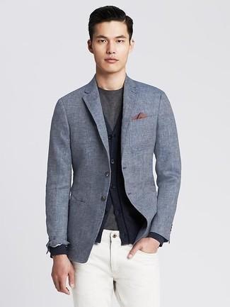 Comment porter: blazer en lin gris, cardigan bleu marine, t-shirt à col rond gris foncé, jean blanc