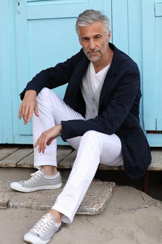 Comment porter: blazer bleu marine, cardigan gris, t-shirt à col rond blanc, pantalon chino blanc
