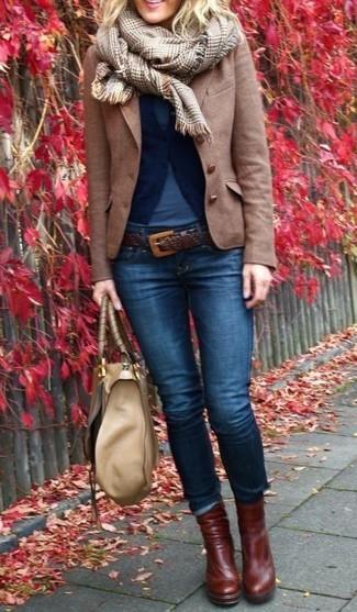 Opte pour un pull avec un jean skinny bleu marine pour une tenue raffinée mais idéale le week-end. Termine ce look avec une paire de des bottines en cuir brunes foncées.