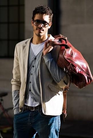 Comment porter: blazer en coton beige, cardigan gris, t-shirt à col rond blanc, jean bleu