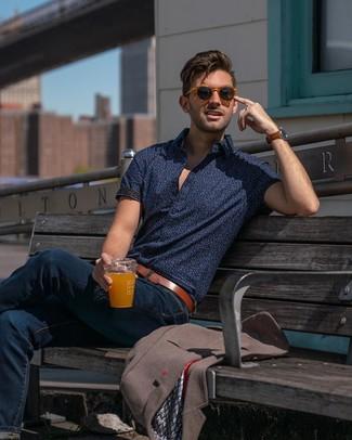 Comment porter: blazer marron, chemise à manches courtes imprimée bleu marine, jean bleu marine, ceinture en cuir marron