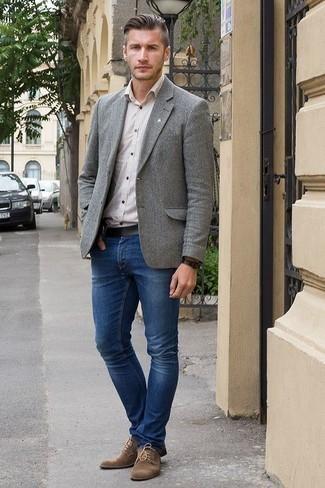 Comment porter un blazer en laine gris: Harmonise un blazer en laine gris avec un jean bleu marine pour prendre un verre après le travail. Fais d'une paire de des chaussures derby en daim marron ton choix de souliers pour afficher ton expertise vestimentaire.